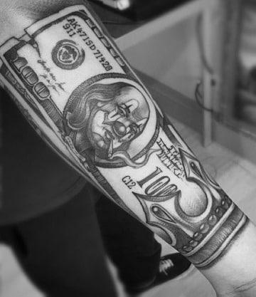 tatuajes de billetes de dolar en el antebrazo