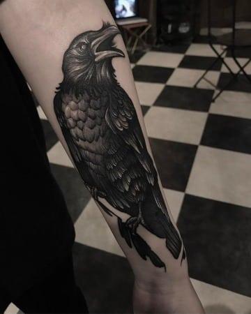tatuajes de cuervos para hombres en el brazo