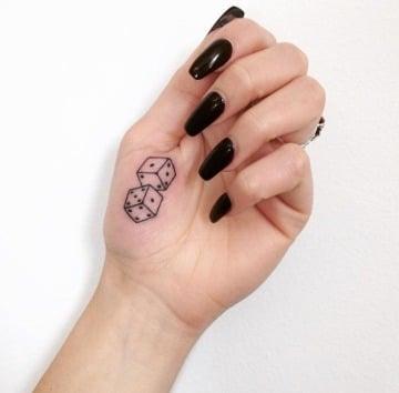 tatuajes de dados para mujeres en la mano