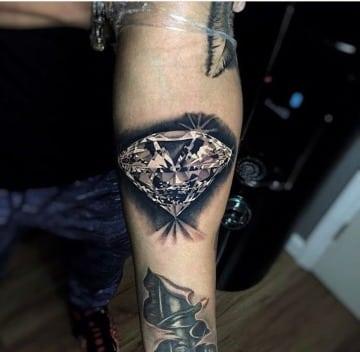 tatuajes de diamantes para hombres en el antebrazo