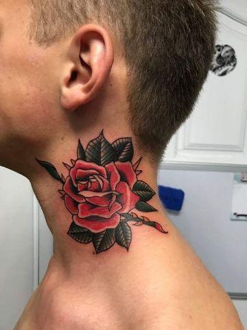 grandes tatuajes de rosas en el cuello