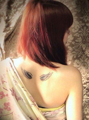 tatuajes de alas en la espalda blanco y negro