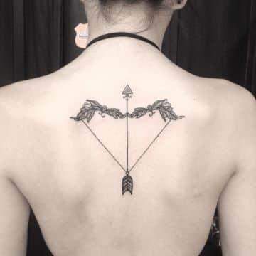 tatuajes de arco y flecha en la espalda