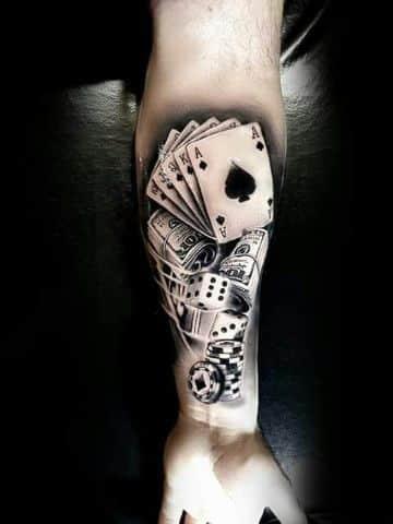 tatuajes de barajas y dados en el brazo