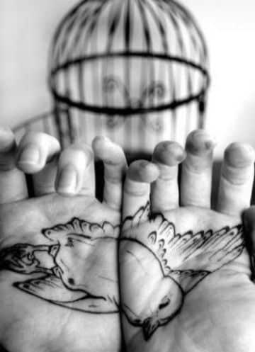 tatuajes de palomas en la mano adentro