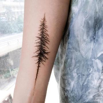 tatuajes de pinos en el antebrazo para mujer