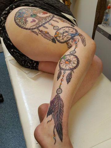 tatuajes de atrapasueños en la pierna a color