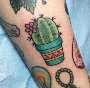 tatuajes de cactus a color en el brazo