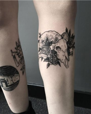 tatuajes de craneos de animales en la pierna
