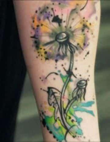 tatuajes de diente de leon a color en el brazo
