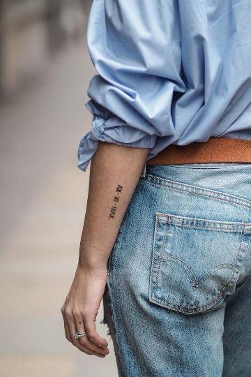tatuajes de fechas en romano en el brazo