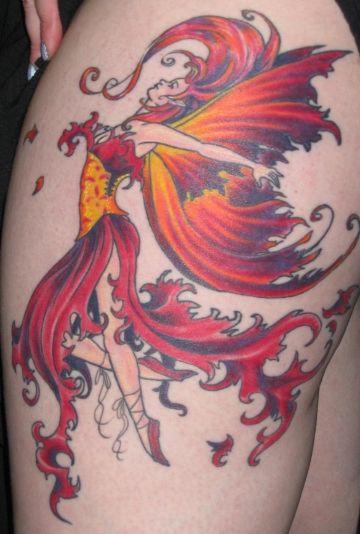 tatuajes de hadas a color en muslo