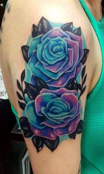 tatuajes de rosas azules en el hombro