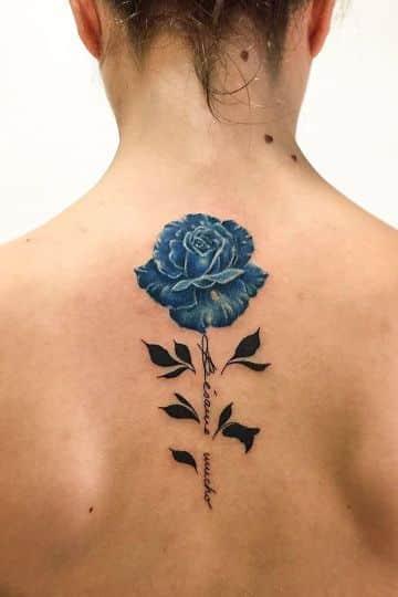 tatuajes de rosas azules en la espalda