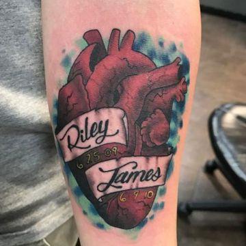 tatuajes de corazones con nombres realistas