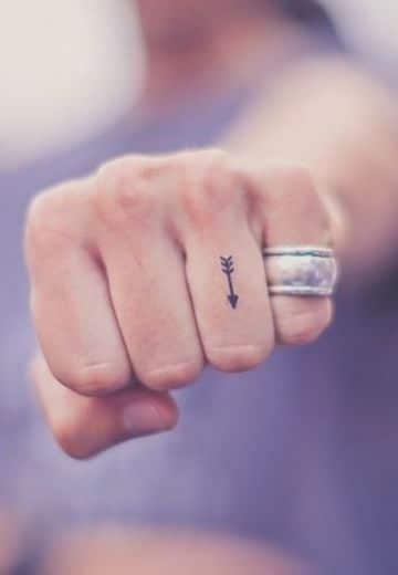 tatuajes de flechas en la mano en nudillos