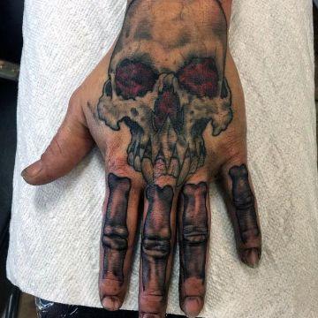 tatuajes de huesos en la mano con calavera