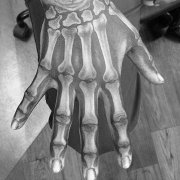 tatuajes de huesos en la mano con detalles