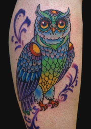 tatuajes de buhos a color en brazo