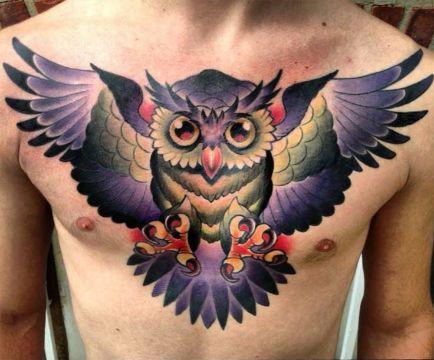tatuajes de buhos a color en el pecho