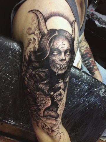 tatuajes de demonios en el brazo femenino