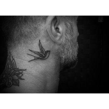 tatuajes de golondrinas para hombres cuello