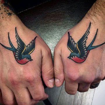 tatuajes de golondrinas para hombres en mano