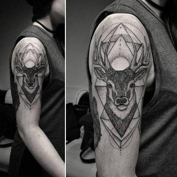 tatuajes de venados en el brazo tintes geometricos