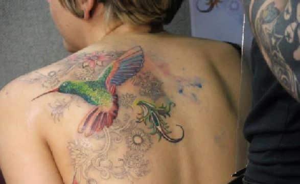 tatuajes de colibri con flores colores