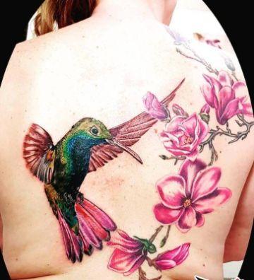 tatuajes de colibri con flores en toda la espalda