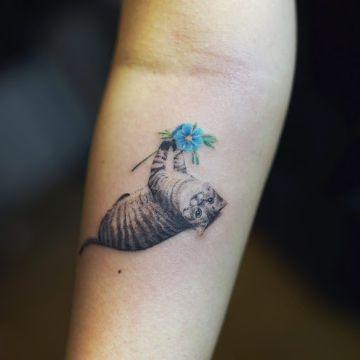tatuajes de gatos con flores realistas