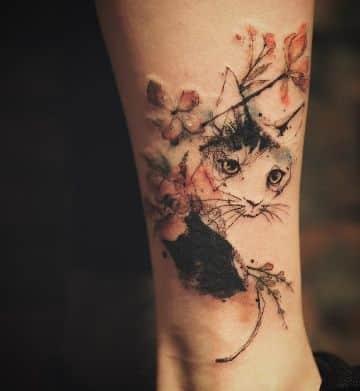 tatuajes de gatos con flores trash polka