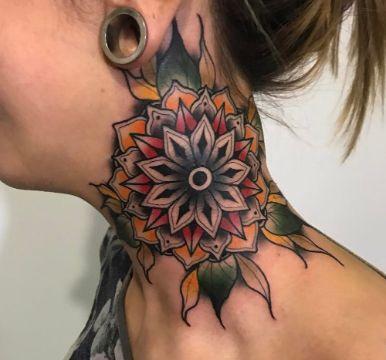 tatuajes de mandalas a color en cuello