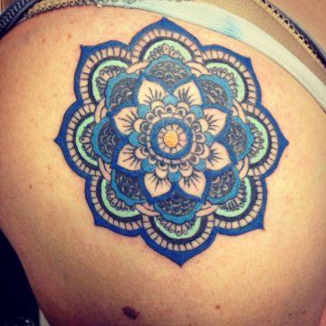 tatuajes de mandalas a color solido