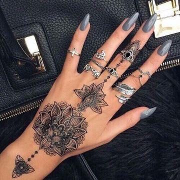 tatuajes de mandalas en la mano mendhi