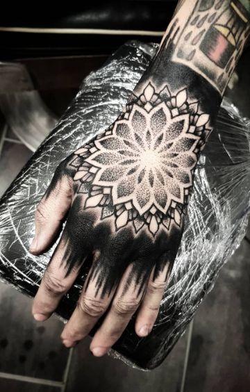 tatuajes de mandalas en la mano puntillismo