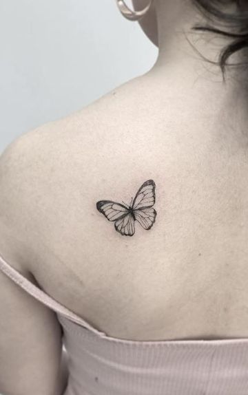 tatuajes de mariposas blancas hombro