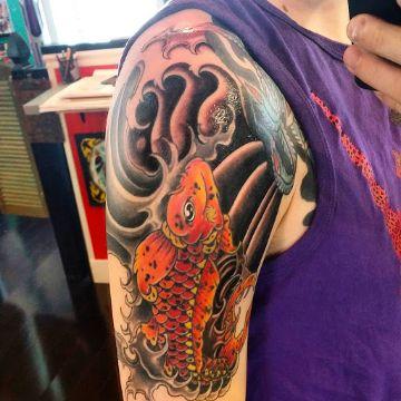 tatuajes de peces japoneses base negra