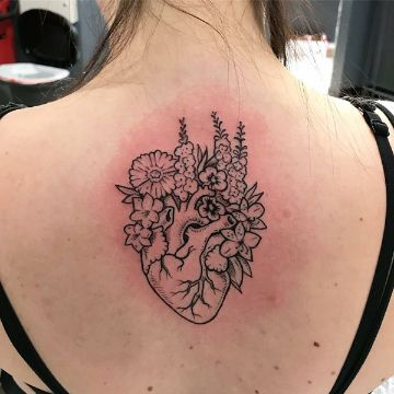 tatuajes de corazones con flores en espalda