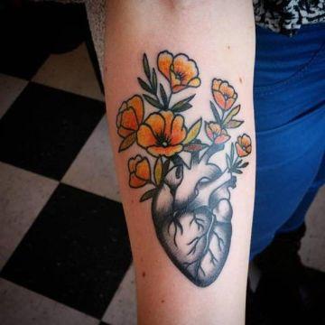 tatuajes de corazones con flores tradicional