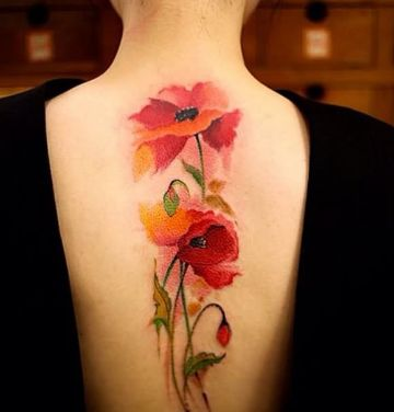 tatuajes de flores acuarela en espalda