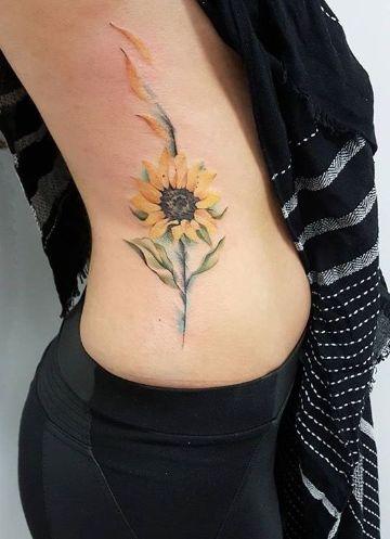 tatuajes de girasoles en la muñeca en las costillas