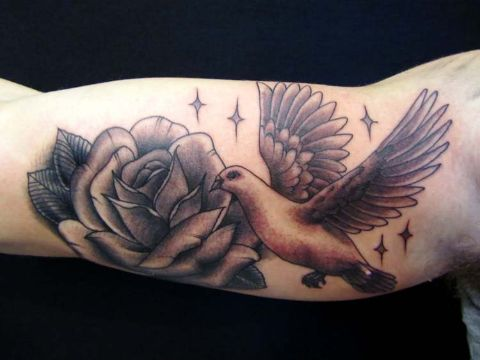 tatuajes de palomas con rosas difuminados