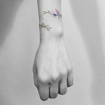 tatuajes de pulseras de flores sutiles