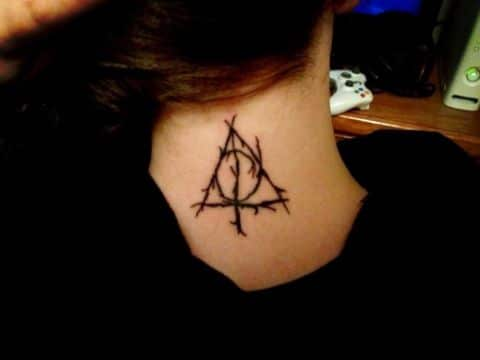 tatuajes de reliquias de la muerte en cuello