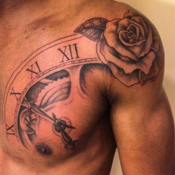tatuajes de rosas en el hombro hombres