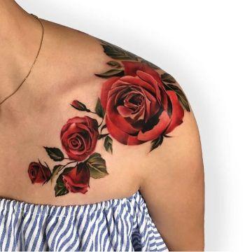 tatuajes de rosas en el hombro realistas