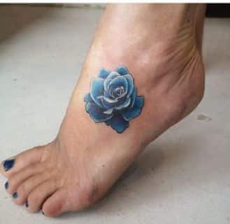 tatuajes de rosas en el pie a color