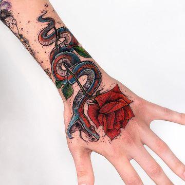 tatuajes de serpientes con rosas en la mano