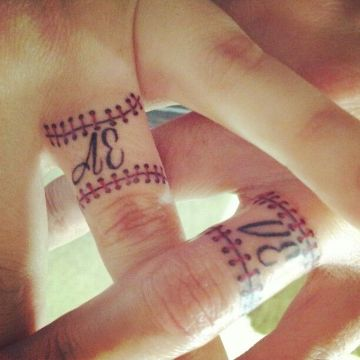tatuajes de beisbol para parejas en los dedos